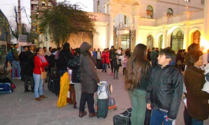 La gente que viajó, esperando la salida de los micros con destino a Santa Cruz, Bolivia.