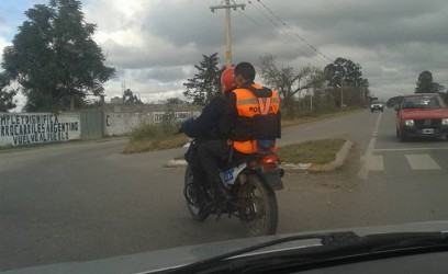 muy mal policias sin casco