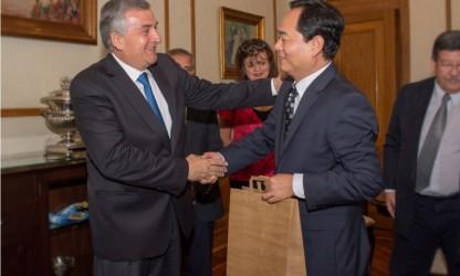 gerardo-morales-entrega-presente-al-embajador-chino-tras-reunion-de-trabajo_23114