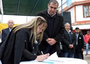 Firma-para-la-donacion-de-tierras-1140x862